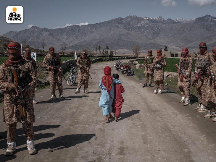 दिसंबर 2020: अफगानिस्तान के लगमान इलाके में तालिबान की रेड यूनिट के बीच से गुजरते बच्चे। ज्यादातर ग्रामीण इलाकों पर तालिबान काबिज है। फोटो: जिम हुयलेब्रोएक