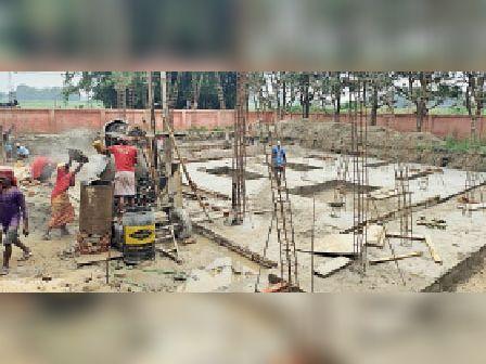 रजीगंज में प्लस टू विद्यालय का निर्माण होता हुआ। - Dainik Bhaskar