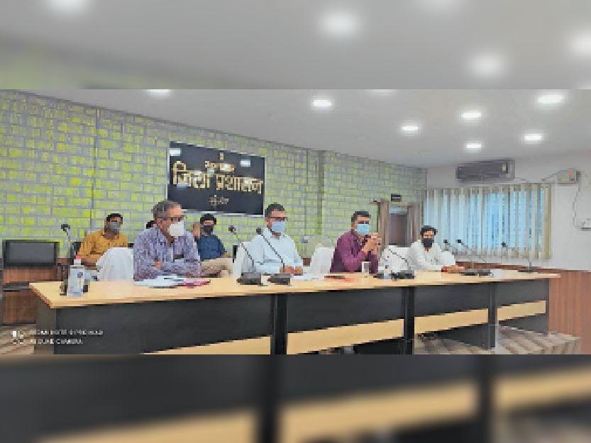 संग्रहालय सभागार में अधिकारियों के साथ बैठक करते डीएम। - Dainik Bhaskar