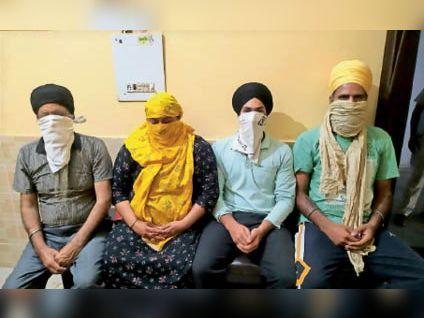 पुलिस की गिरफ्त में चारों हत्यारोपी। - Dainik Bhaskar