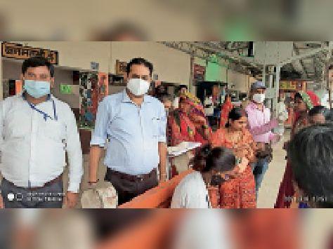 रेलवे स्टेशन पर यात्रियों का कोविड टेस्ट करते स्वास्थ्यकर्मी। - Dainik Bhaskar