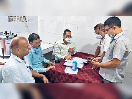 ब्लड सेपरेटर यूनिट का जायजा लेते राज्य स्तरीय टीम के सदस्य। - Dainik Bhaskar