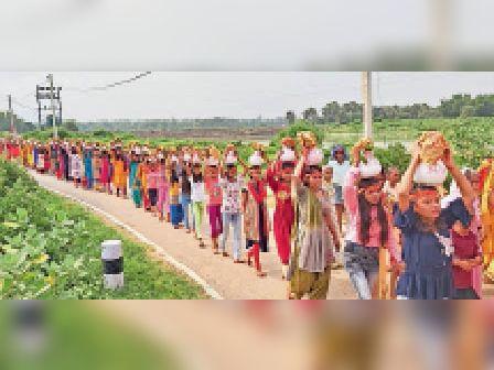 कलश शोभा यात्रा में शामिल कन्या व महिलाएं। - Dainik Bhaskar