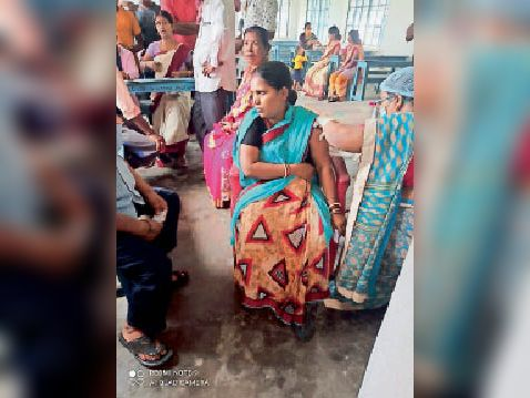 कोविड का वैक्सीन लगाती एएनएम। - Dainik Bhaskar