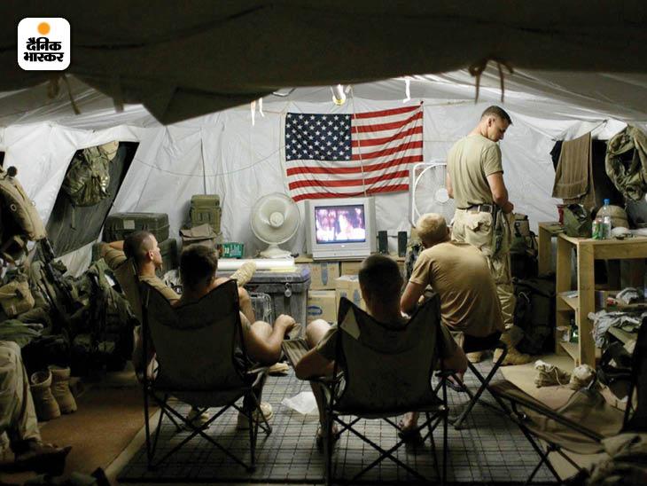 अगस्त 2002: अफगानिस्तान की राजधानी काबुल के उत्तर में बगराम एयरबेस पर मौजूद अमेरिकी सैनिक। यह एयरबेस अमेरिका का सबसे बड़े सैन्य-अड्डा था। फोटो: टायलर हिक्स
