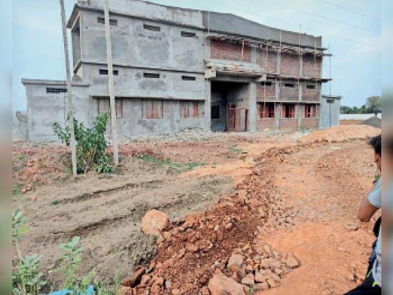महाराजपुर में बन रहे मकान। - Dainik Bhaskar