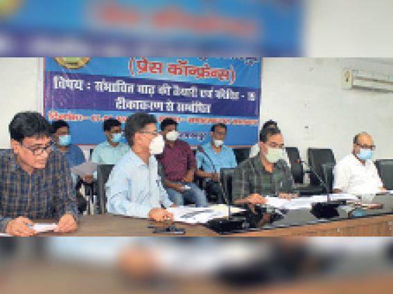 कलेक्ट्रेट सभागार में अधिकारियों के साथ समीक्षा के बाद प्रेस को जानकारी देते डीएम। - Dainik Bhaskar