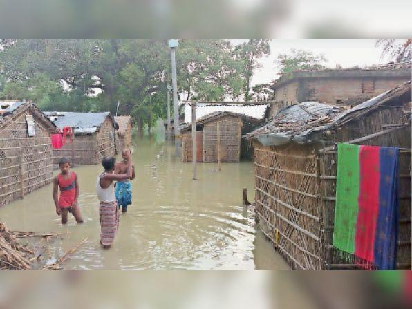 मुशहरी की डुमरी पंचायत के वार्ड 1 के घरों में घुसा बाढ़ का पानी। - Dainik Bhaskar