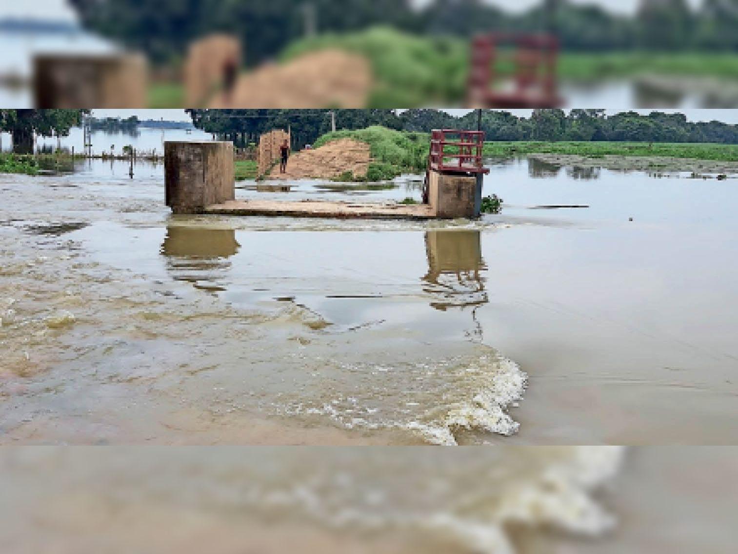 चानपुरा पश्चिम-रजवा बांध के ऊपर से बहता पानी। - Dainik Bhaskar