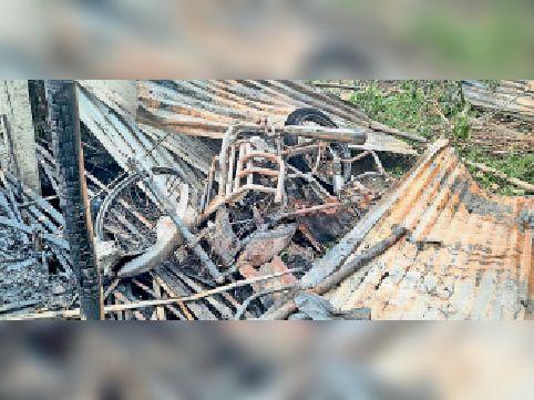जले घर सहित सामान। - Dainik Bhaskar