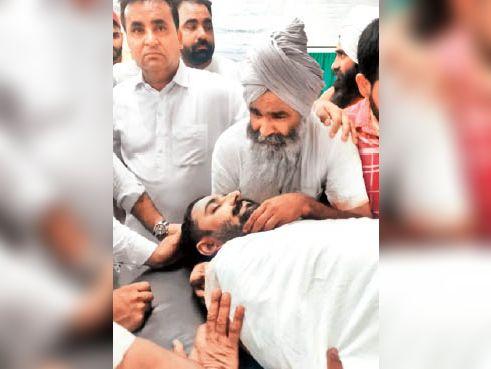 बेटे की मौत के बाद बिलखता पिता। - Dainik Bhaskar