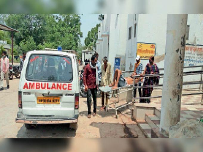 अस्पताल के गेट पर खड़ी रही एंबुलेंस, इस तरह मरीज हुए परेशान। - Dainik Bhaskar
