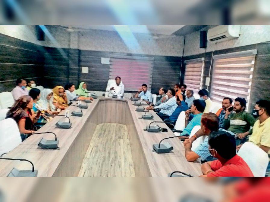 बैठक के दौरान चर्चा करते हुए पार्षद। - Dainik Bhaskar