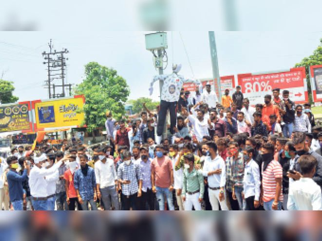 नेमावर में हुई घटना के विरोध प्रदर्शन करते भील राजा बांसिया युवा आदिवासी संस्थान के पदाधिकारी व कार्यकर्ता। - Dainik Bhaskar