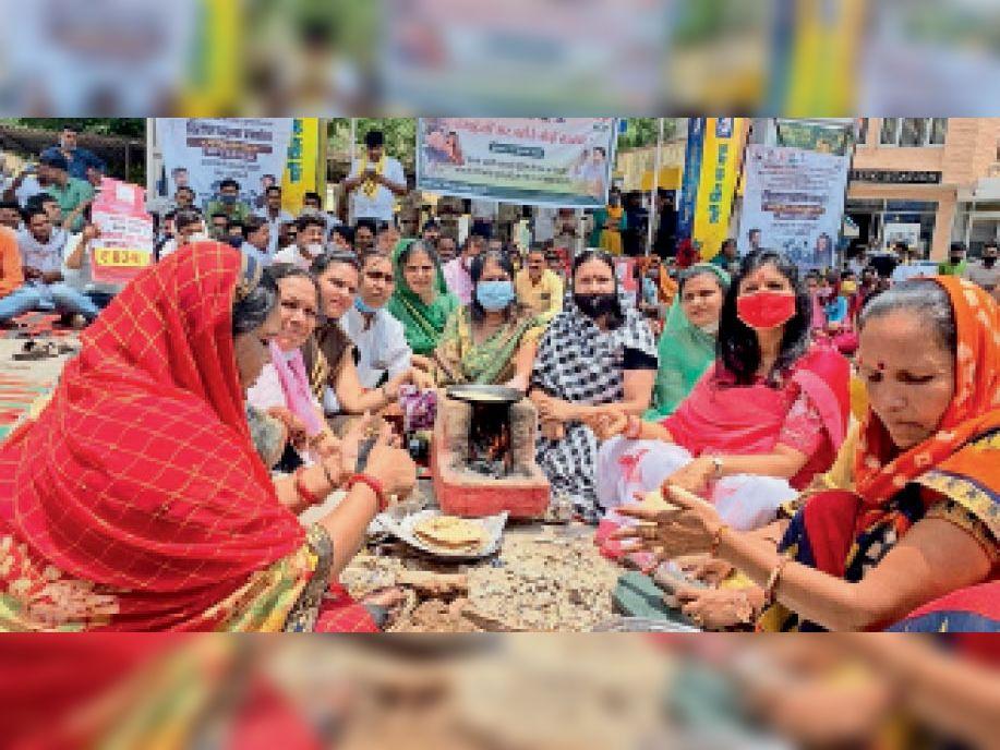 बारां. शहर के चारमूर्ति चाैराहा स्थित पेट्रोल पंप के सामने चूल्हे पर खाना बनाकर महंगाई का विराेध करती महिला कांग्रेस की कार्यकर्ता। - Dainik Bhaskar