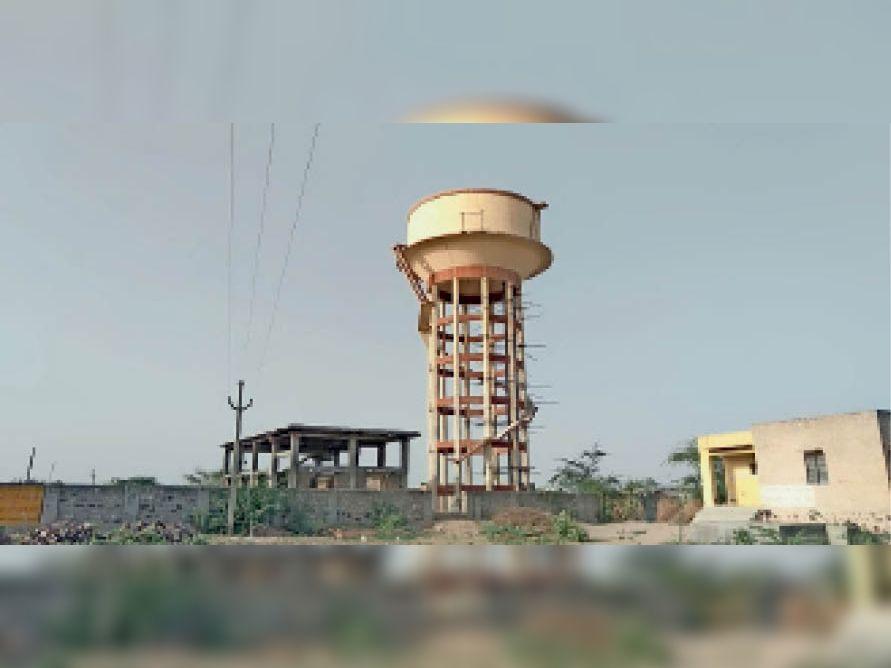बालोतरा. एक दशक पूर्व बनीं परियोजना की पेयजल टंकी, आज भी नहरी पानी का इंतजार। - Dainik Bhaskar