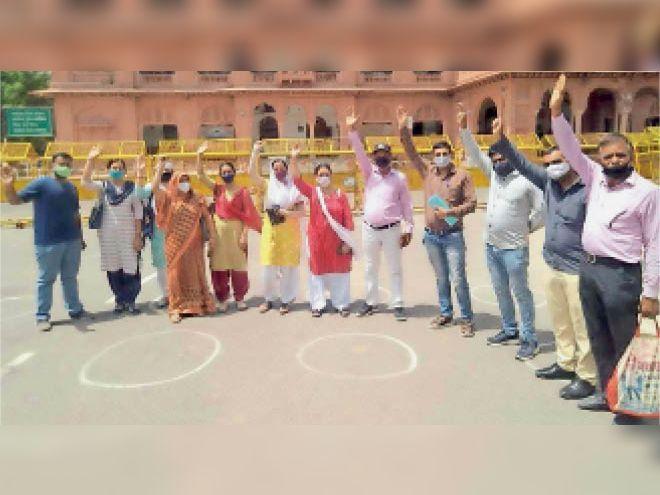 11 सूत्री मांगों को लेकर कलेक्ट्रेट पहुंचे शिक्षक - Dainik Bhaskar