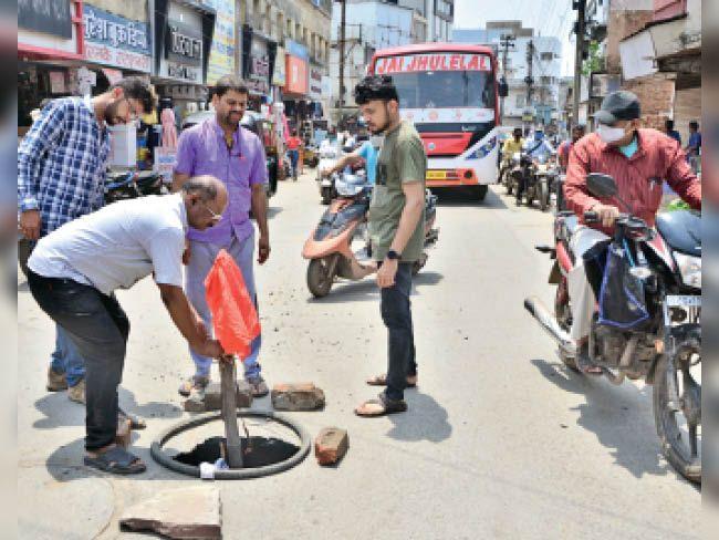 जूना बिलासपुर रोड पर हो गया चार फीट का गड्ढा, लोगों ने इस पर लाल कपड़ा लगा दिया। - Dainik Bhaskar