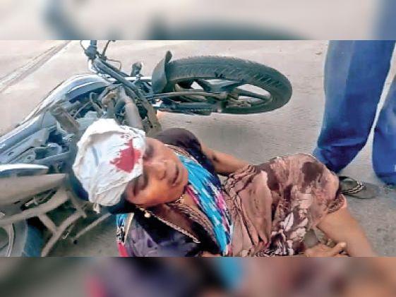 हादसे में महिला घायल हो गई। - Dainik Bhaskar