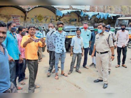 मैजिक वाहन चालक और ऑटो चालकों में आधा घंटा बहस हुई। - Dainik Bhaskar