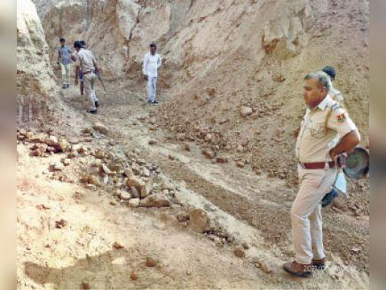 भांडेडा में अवैध बजरी खनन के खिलाफ कार्रवाई करती पुलिस। - Dainik Bhaskar