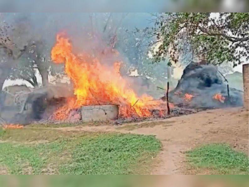 सैंपऊ. बिसायतीपुरा गांव में लगी आग से ईंधन बिटोरे जलकर राख हो गए। - Dainik Bhaskar