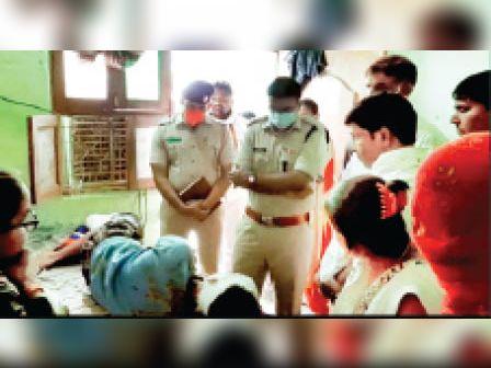 साक्षी मामले में जांच करने पहुंचे डीएसपी बयान लेते हुए। - Dainik Bhaskar