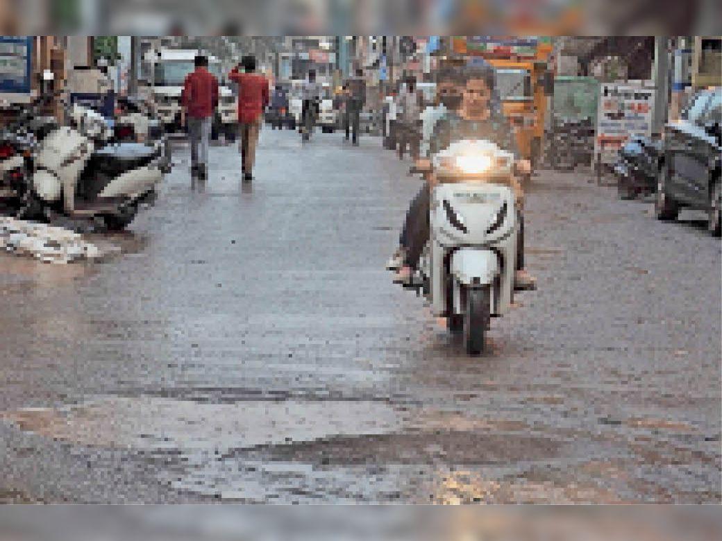 मौसम के दो रंग, दोपहर तीन बजे तक लोगों को धूप से बचने के लिए छाता लगाना पड़ रहा था, शाम को तेज बौछारों ने राहत दी। - Dainik Bhaskar