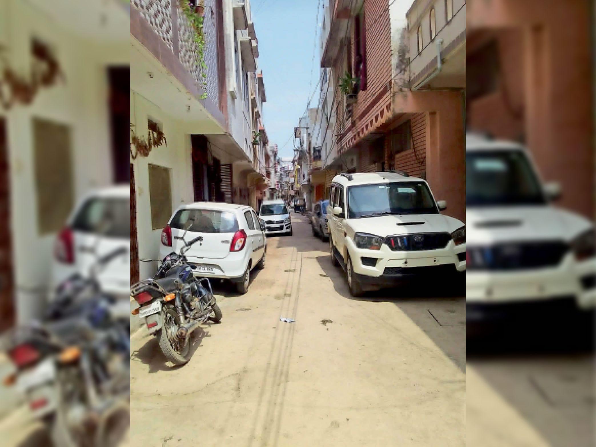 गलियों में अवैध रूप से दोपहिया व चार पहियों की पार्किंग बनी गई अब लोगों की समस्या - Dainik Bhaskar