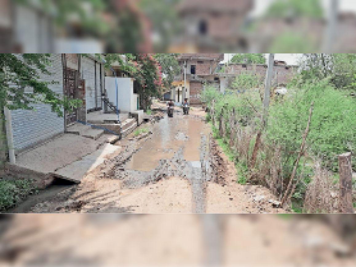 रामनगर पंचायत में पानी निकासी के इंतजाम न होने से सड़क पर कीचड़ हो गया है। - Dainik Bhaskar