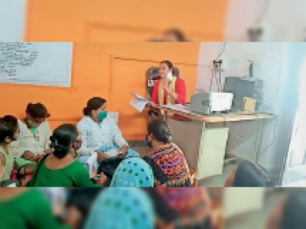 प्राथमिक स्वास्थ्य केंद्र भदौरा में बैठक में हाई रिस्क गर्भवती महिलाओं के उचित प्रबंधन के निर्देश दिए। - Dainik Bhaskar