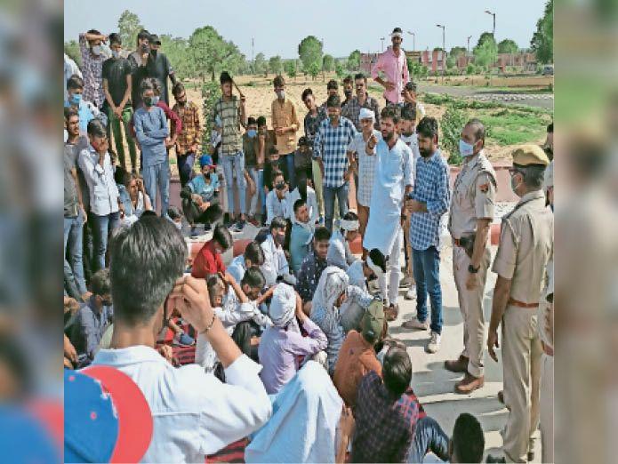 जोबनेर फीस वृद्धि को लेकर धरने पर बैठे विद्यार्थियों को समझाते हुए पुलिस अधिकारी। - Dainik Bhaskar