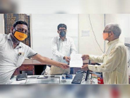 आईएएस डॉ. आनंद कुमार को ज्ञापन सौंपते हुए लोग। - Dainik Bhaskar