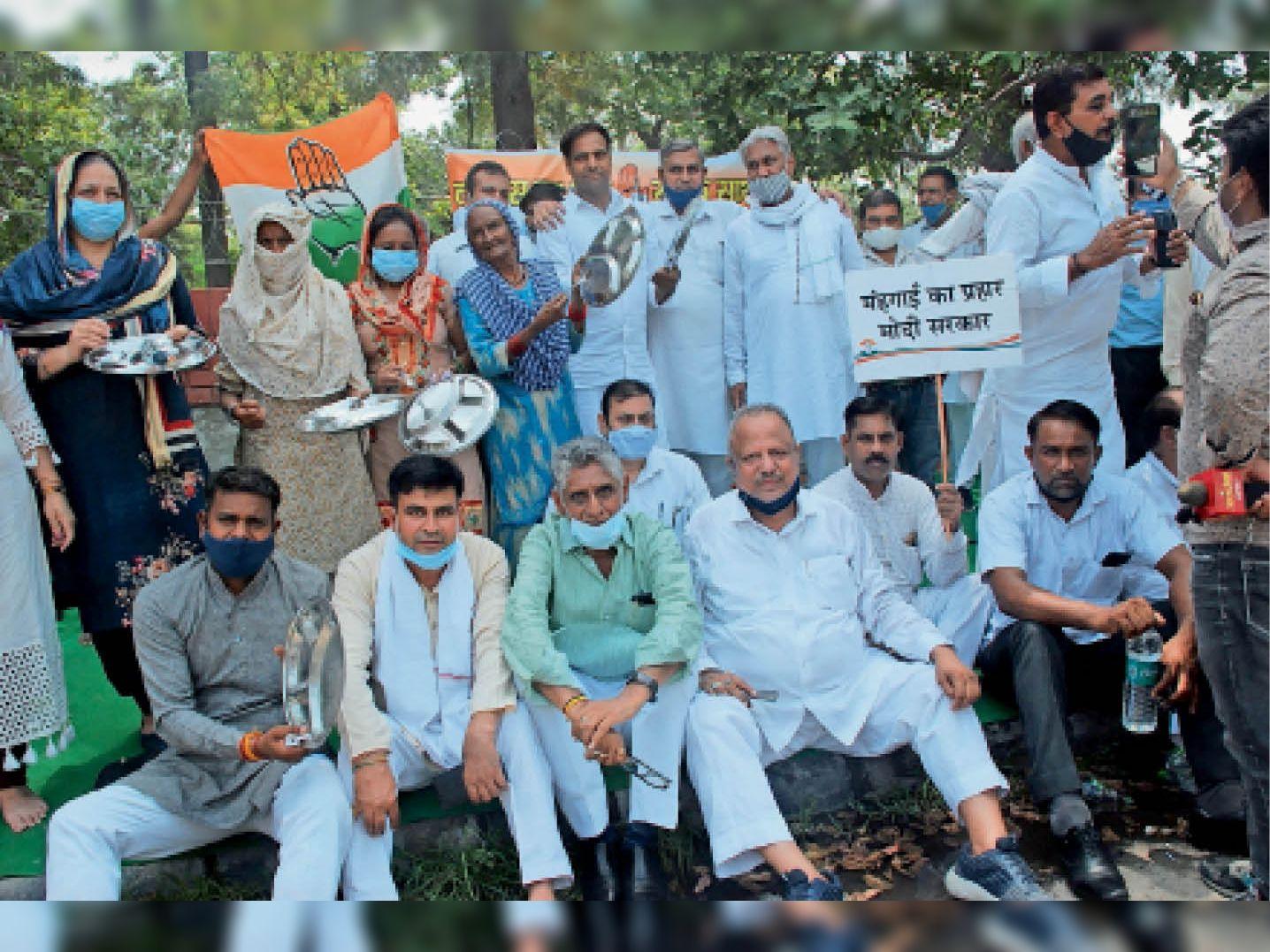 बढ़ती महंगाई को लेकर अखिल भारतीय कांग्रेस कमेटी के सदस्य व कार्यकर्ता लघु सचिवालय के बाहर थाली व चम्मच बजाकर सरकार के खिलाफ नारेबाजी करते हुए। - Dainik Bhaskar