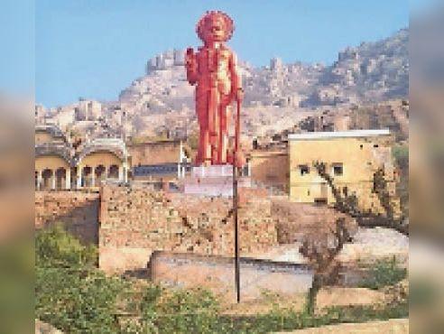 ढोसी पवर्त पर स्थित हनुमान जी की प्रतिमा। - Dainik Bhaskar