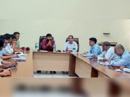 कृषि अधिकारियों के साथ बैठक करते अतिरिक्त निदेशक जगदीप बराड। - Dainik Bhaskar