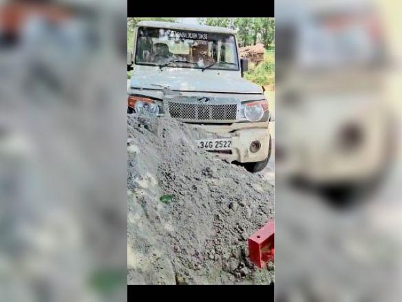 महेंद्रगढ़ में चामधेड़ा राेड पर दुर्घटना करने वाली बाेलेराे। - Dainik Bhaskar