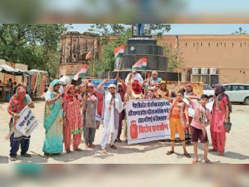 अंबेडकर चाैक पर महिला कांग्रेस की कार्यकर्ता विराेध प्रदर्शन करते हुए। - Dainik Bhaskar