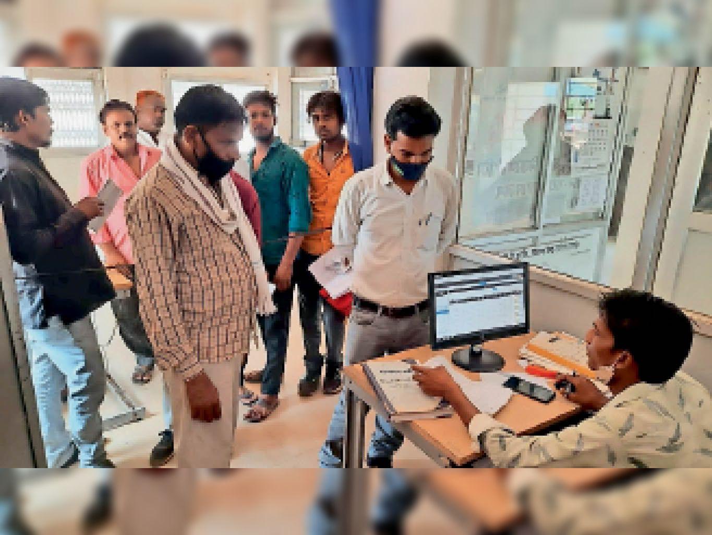 बिजली कंपनी के कार्यालय में बिलों की शिकायत लेकर पहुंच रहे उपभोक्ता। - Dainik Bhaskar