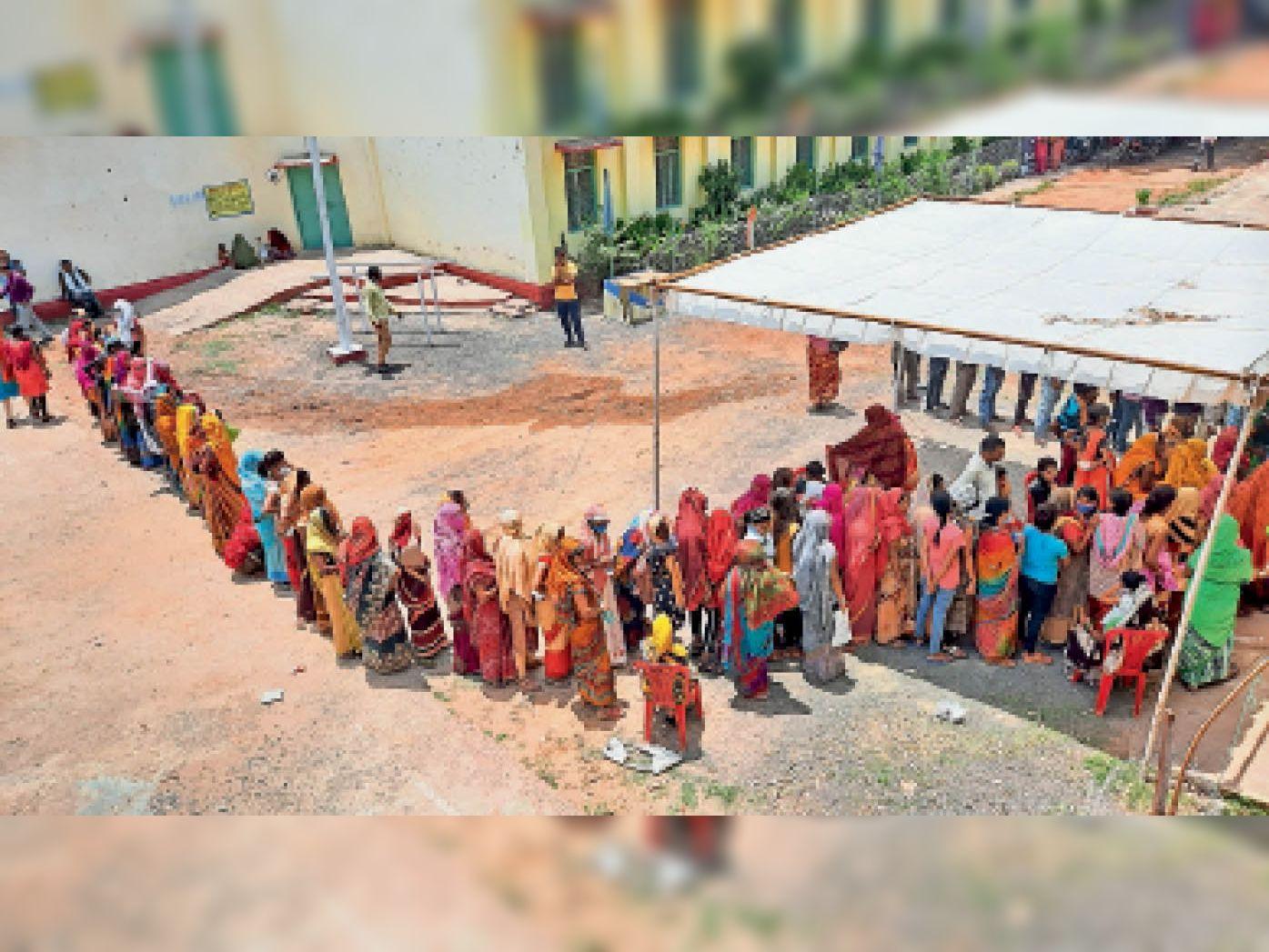 वैक्सीन लगवाने लगी लोगों की लंबी लंबी लाइन - Dainik Bhaskar
