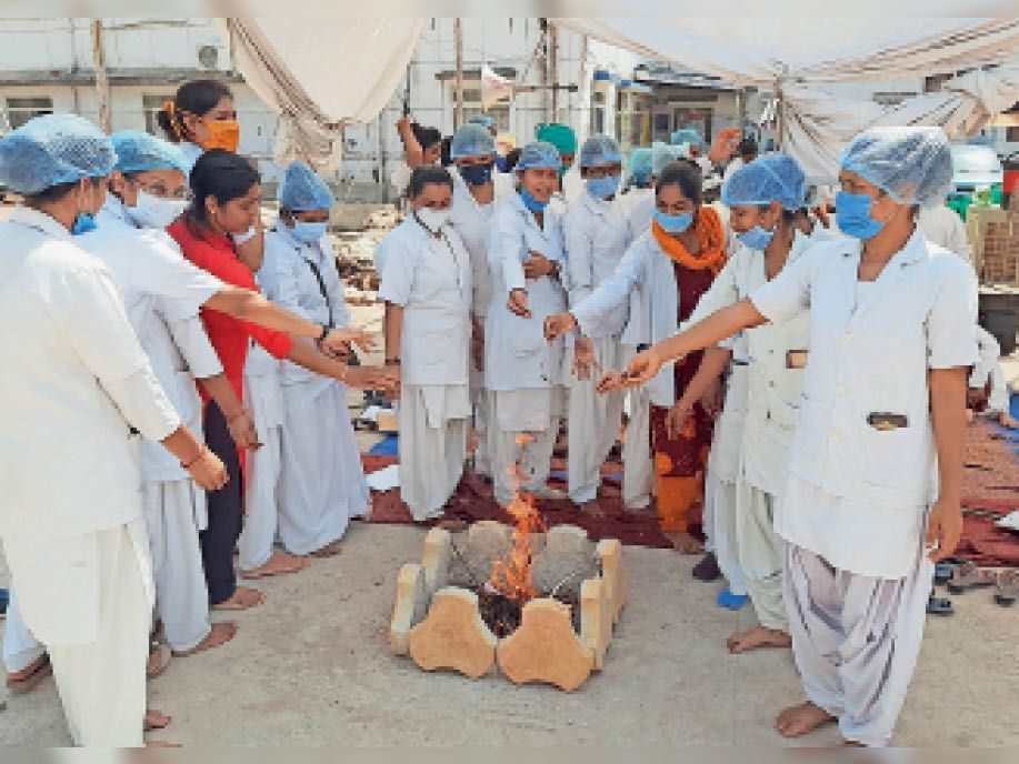 हड़ताल पर बैठी नर्सों ने सरकार की सद्बुद्धि के लिए किया हवन। - Dainik Bhaskar