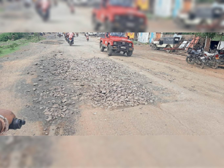 नागरिकों का विरोध दबाने अफसरों ने गड्ढों में गिट्टी डलवाकर की मरम्मत की खानापूर्ति|बरेली,Bareilly - Dainik Bhaskar