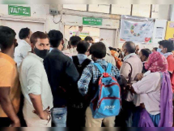 अस्पताल में वैक्सीन के लिए लगी भीड़। - Dainik Bhaskar