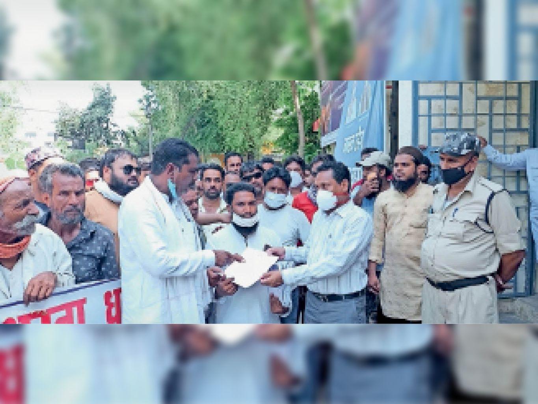 बिजली बिलों के विरोध में धरने के बाद तहसील कार्यालय पहुंच कर दिया ज्ञापन। - Dainik Bhaskar
