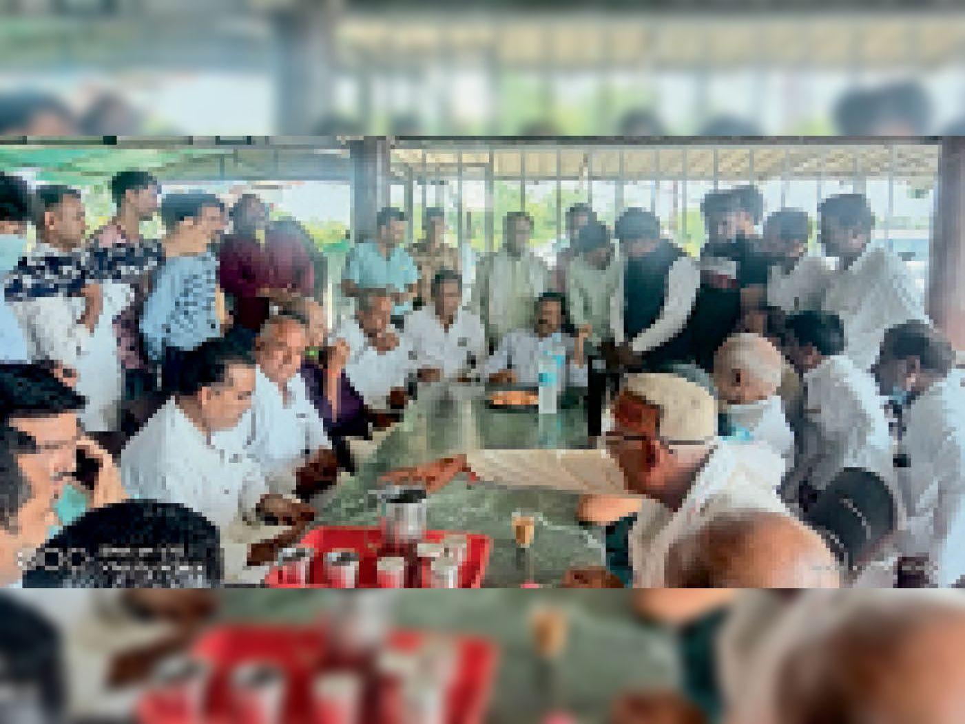 पूर्व मंत्री सज्जन सिंह वर्मा तथा पूर्व प्रदेश अध्यक्ष कार्यकर्ताओं से मिले। - Dainik Bhaskar