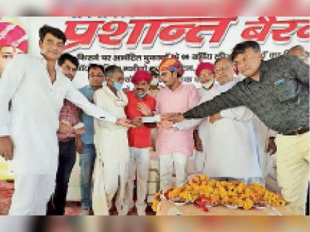 निवाई| कृषि उपज मंडी परिसर में विभिन्न योजनाओं के तहत सहायता राशि के लाभान्वितो को चेक प्रदान करते विधायक। - Dainik Bhaskar