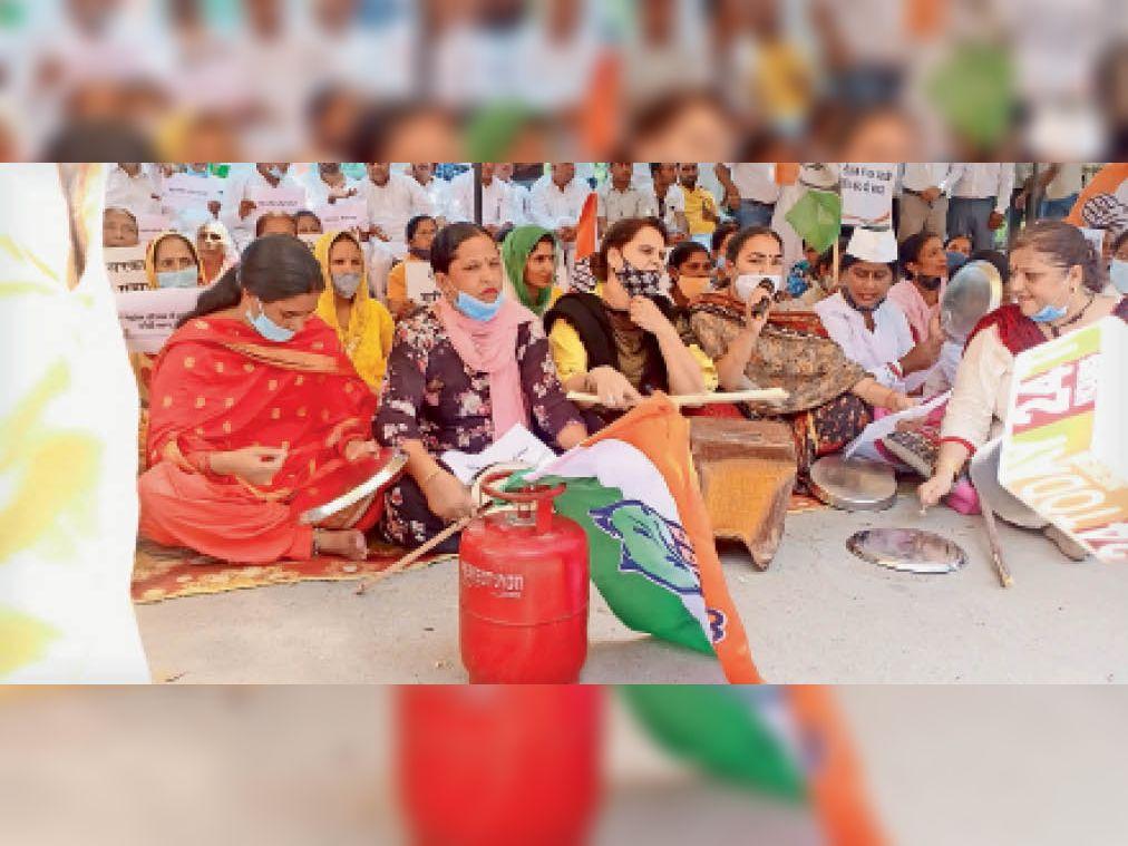 यमुनानगर। बढ़ती महंगाई के विरोध में महिला कांग्रेस की सदस्य डीसी ऑफिस के बाहर प्रदर्शन करते हुए। - Dainik Bhaskar