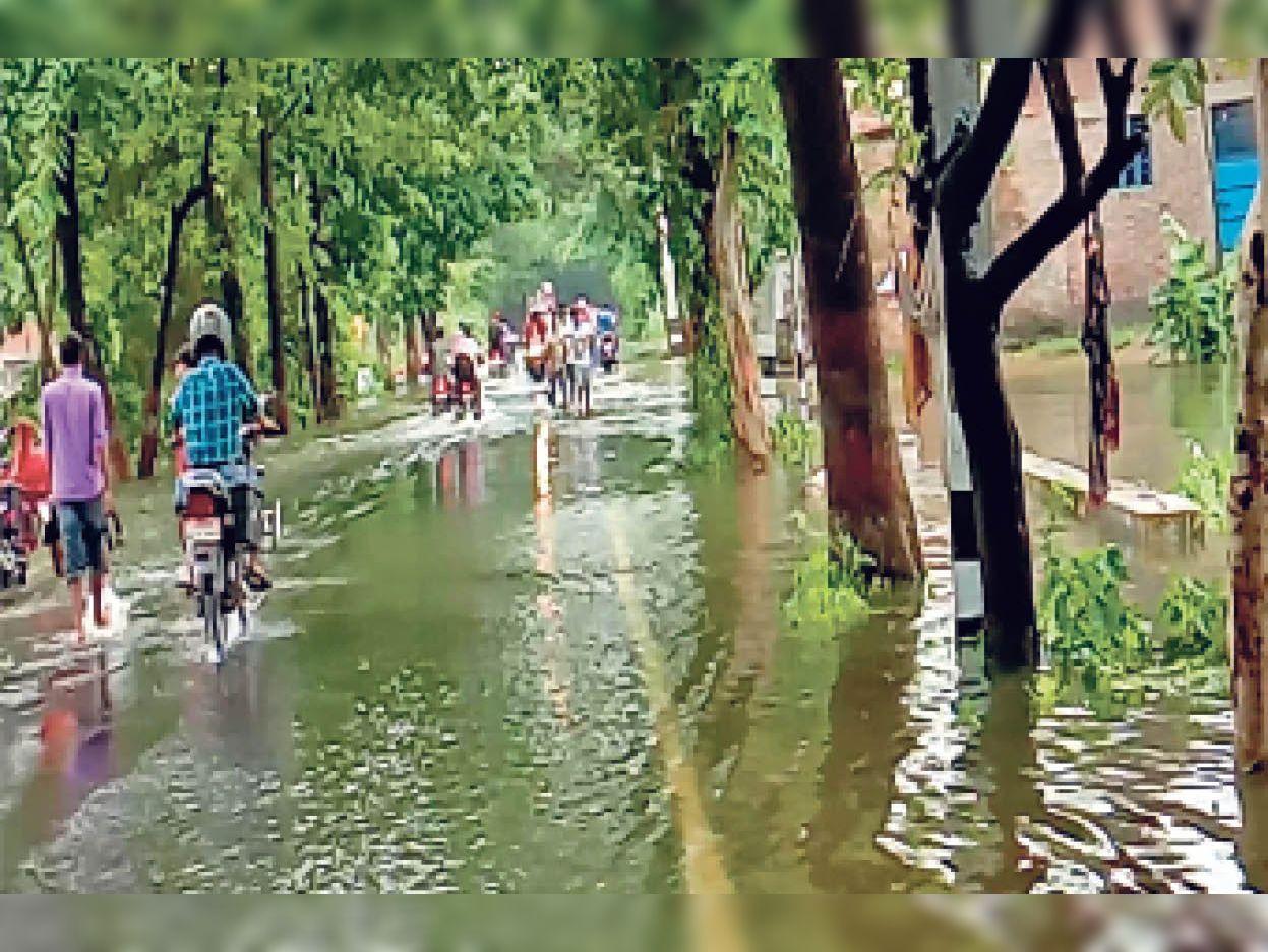लक्ष्मण चौक सिंघिया गुमटी रोड पर बाढ़ का बहता पानी। - Dainik Bhaskar
