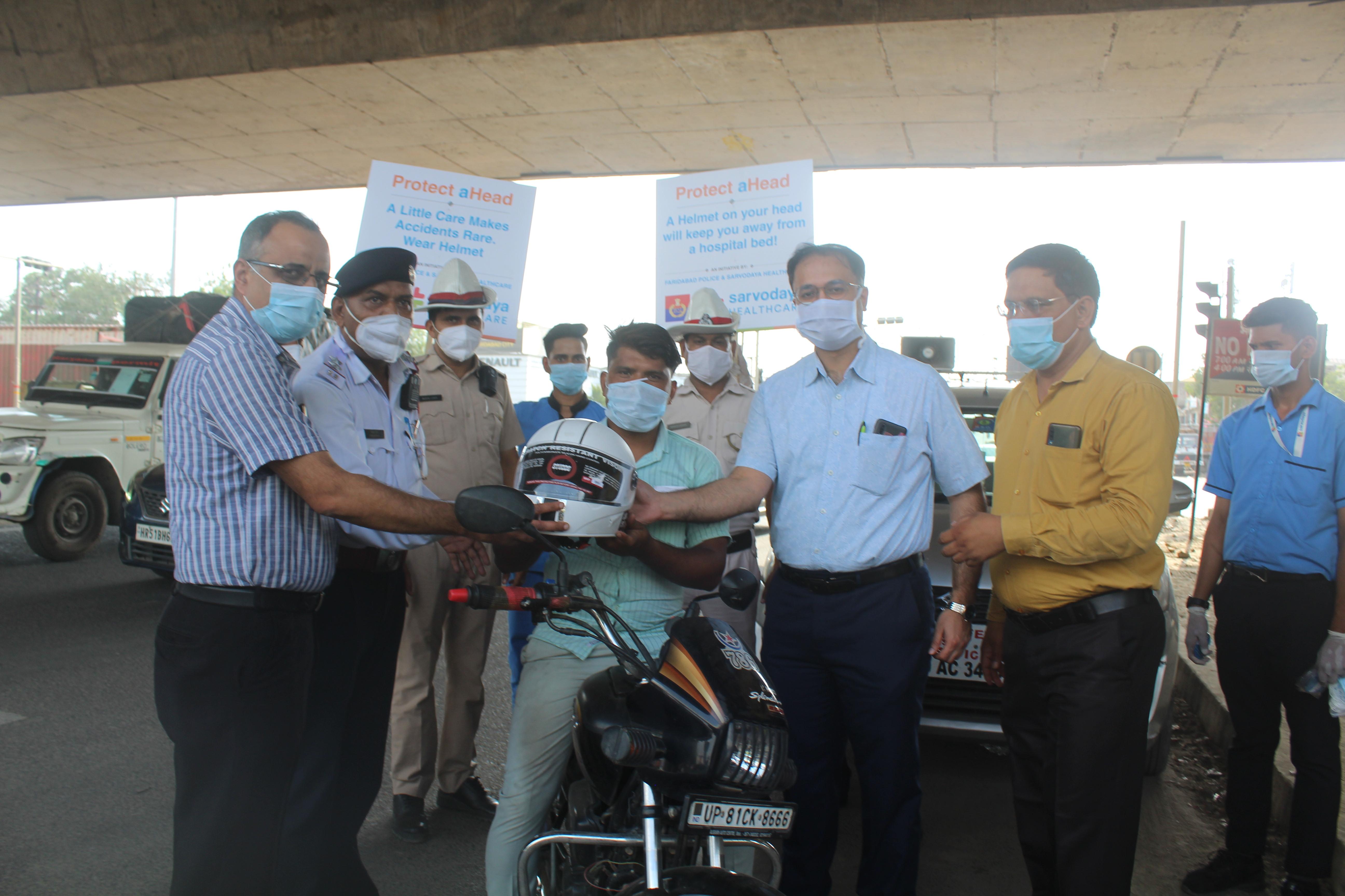फरीदाबाद। जागरूकता अभियान के तहत हेलमेट भी दिए गए। - Dainik Bhaskar