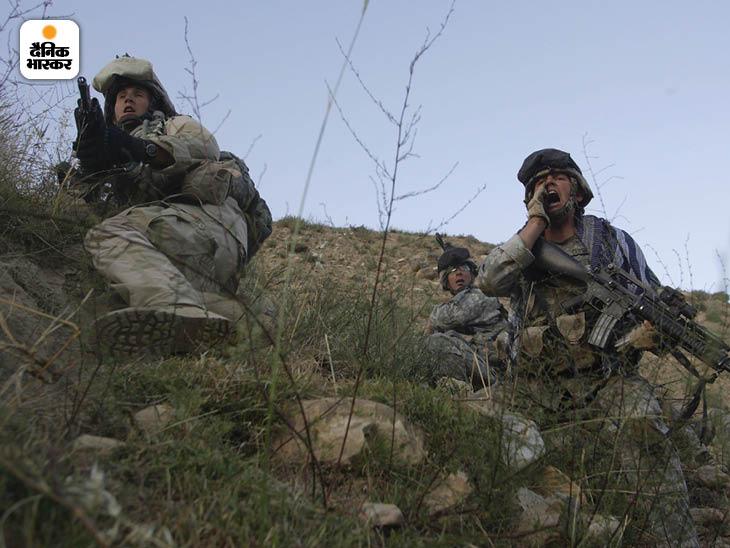 जून 2006: दक्षिण अफगानिस्तान में तालिबानी हमले के दौरान 10वीं माउंटेन डिवीजन का जवान अपने साथियों को फायरिंग से दूर रहने के लिए चेताता हुआ। फोटो: टायलर हिक्स